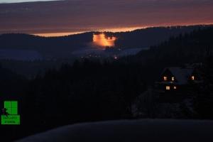 Oświetlony wyciąg narciarski na Weremieniu. Nocny widok z tarasu apartamentu Zielony Widok.