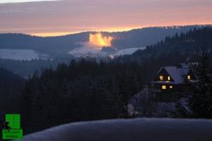 Widok z tarasu na oświetlony wyciąg narciarski na Weremieniu